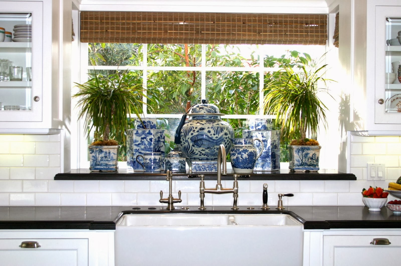blue-and-white-kitchen-black-granite