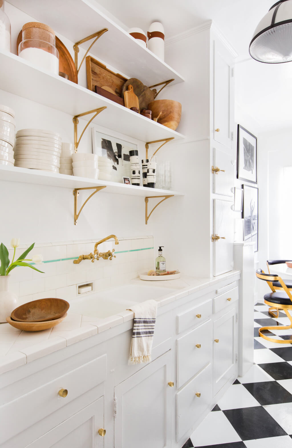 Brady-Tolbert_Emily-Henderson_Black-and-White-Kitchen_Vintage_Apartment-Refresh_Wood_Brass_Checkered-Floor_Copper-Pots_Eclectic_Glam_Modern_Traditional_19-1024x1567